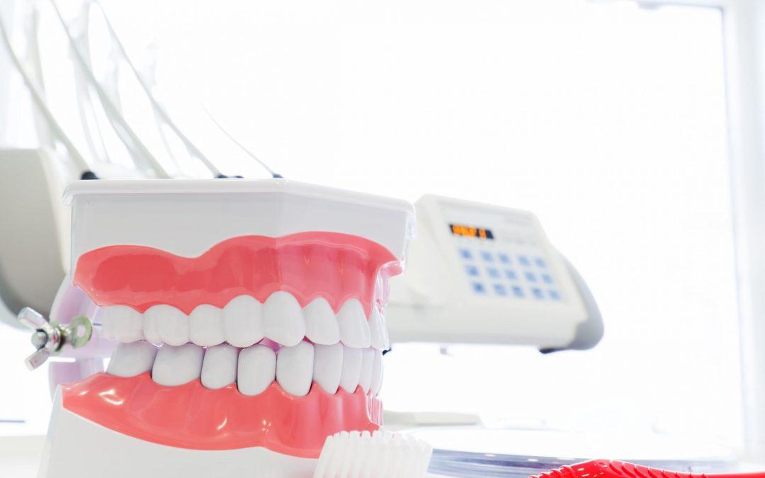 7 trucos para limpiar y mantener tu prótesis dental intacta