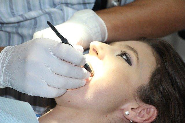 5 motivos por los que debes realizarte una limpieza en el dentista cada año.